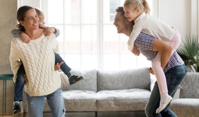 padres jugando con niños