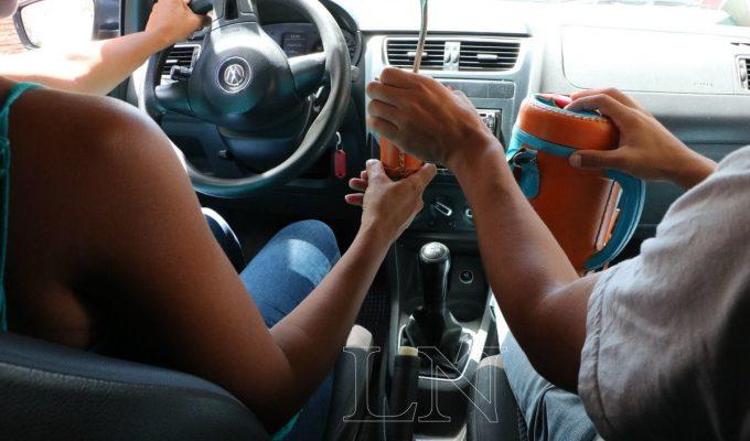 seguridad vial tomar mate