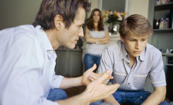 padres hablando con hijos