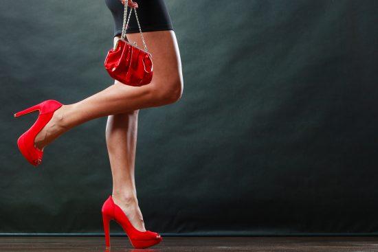 vestido negro con zapatos rojos