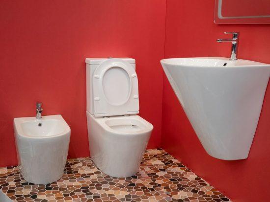 color rojo en baños chicos