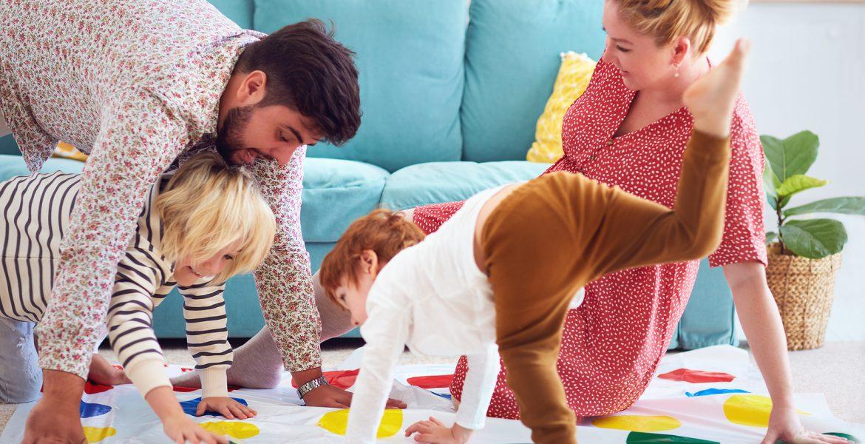 jugar en casa en familia