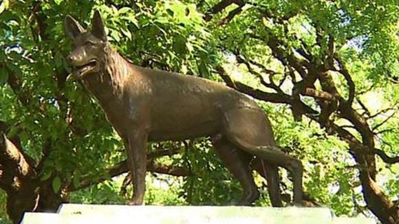 estatua del perro