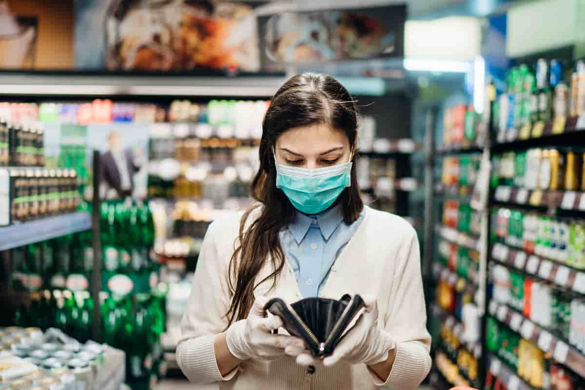 microbios y virus en billetes