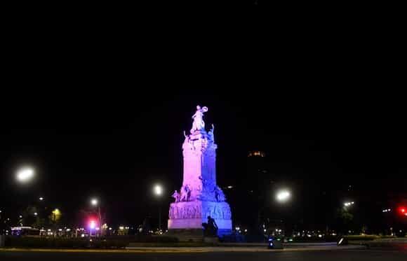 Monumentos porteños iluminados con los colores de la diversidad