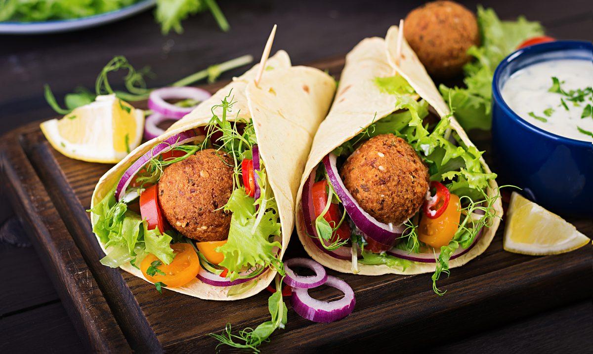 falafel en tacos con verduras