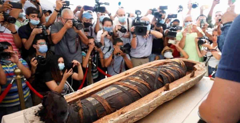 egipto presenta sarcofagos