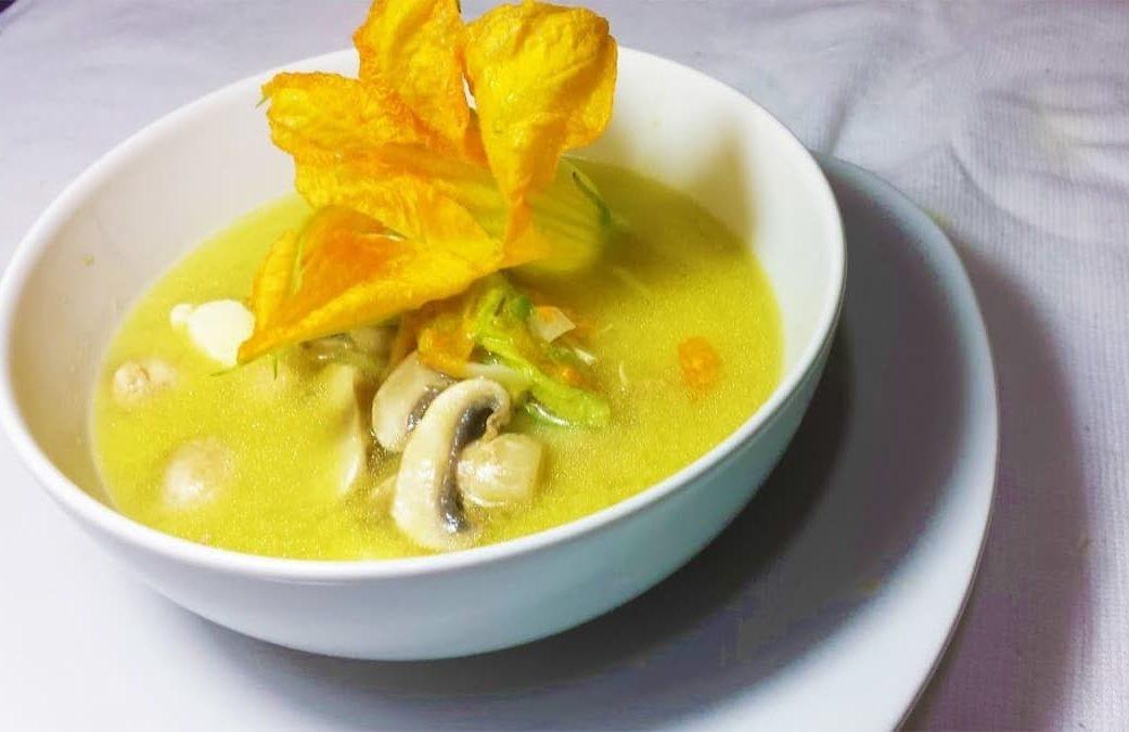 sopa con flor de calabaza con champignones