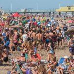 adolescentes en la playa pandemia