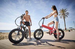 personas en bici