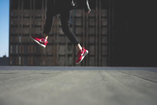Ideas para el dia del niño: niña saltando