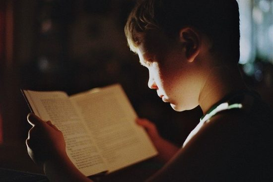 tipos de inteligencia: niño leyendo