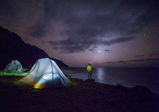 App fechas de eclipses: campamento con cielo y estrellas